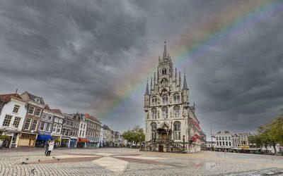 Stadhuis met regenboog